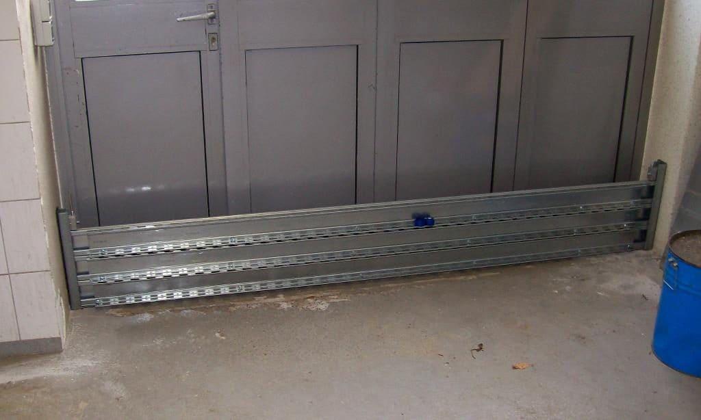 Das Schutzsystem mit einer Stauhöhe von 300 mm als Löschwasserbarriere vor einem Zwischentor.