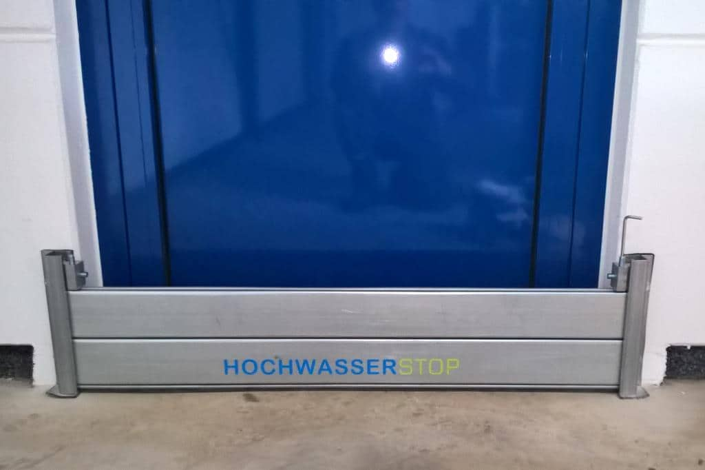 Das Schutzsystem mit einer Stauhöhe von 200 mm als Löschwasserbarriere vor einer Fluchttür.
